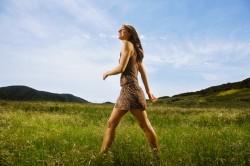 Прогулки на свежем воздухе для облегчения ПМС